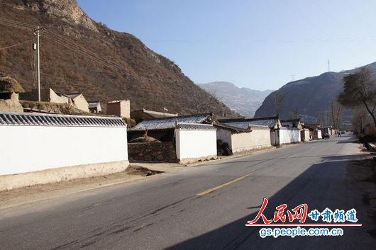 """甘肃漳县殪虎桥乡东桥村,一排已经粉刷过的""""遮羞墙"""""""