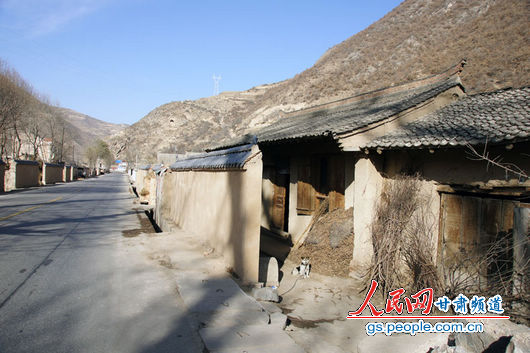 甘肃漳县殪虎桥乡东桥村,一间被墙所挡的民房