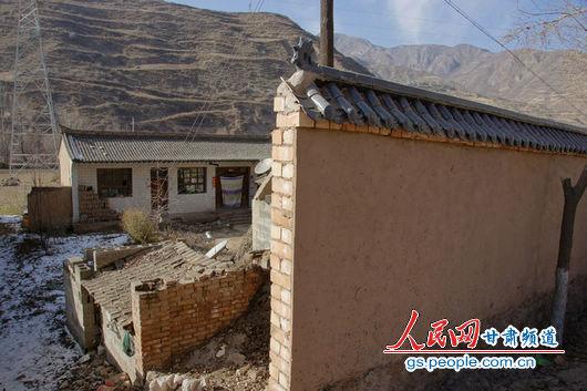 """甘肃漳县殪虎桥乡东桥村的""""遮羞墙""""挡住农户房屋"""