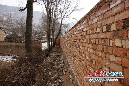 """甘肃漳县大草滩乡新联村,""""遮羞墙""""内才是农户的院墙,环境杂乱"""