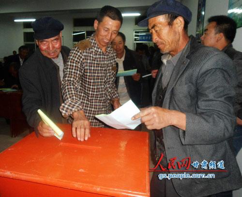 永靖县岘塬镇岘塬村召开首届产业发展互助社社员代表