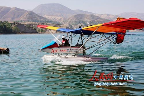 这架a2c超轻型水上飞机为双座