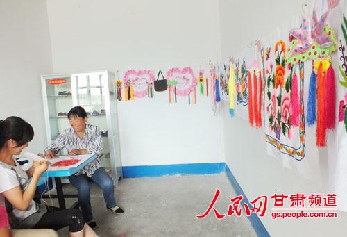 岘塬镇刘家村妇女缝制手工艺品