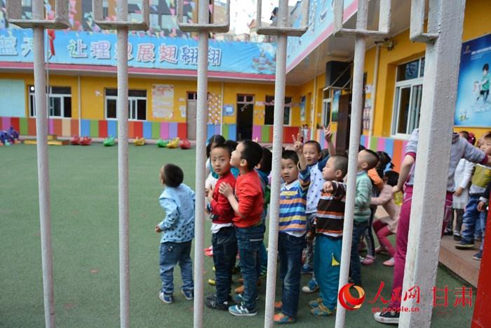 小朋友在幼儿园远观烟柱(刘海天 摄)