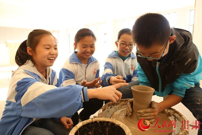 9日,在制陶兴趣班上,同学们正在交流制作经验.牟健 摄-甘肃平川