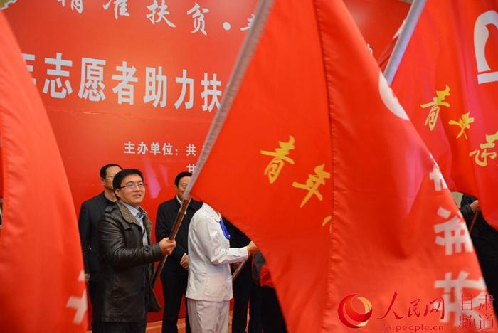 接过青年志愿者的旗帜去奉献社会(刘海天 摄)-甘肃青年志愿者绽放
