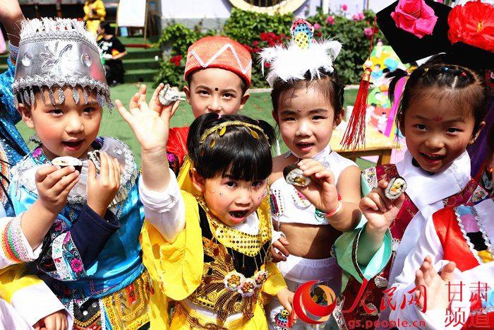 """27日上午,兰州市七里河民族幼儿园里热闹非凡,为迎接""""六一""""儿童节到来"""