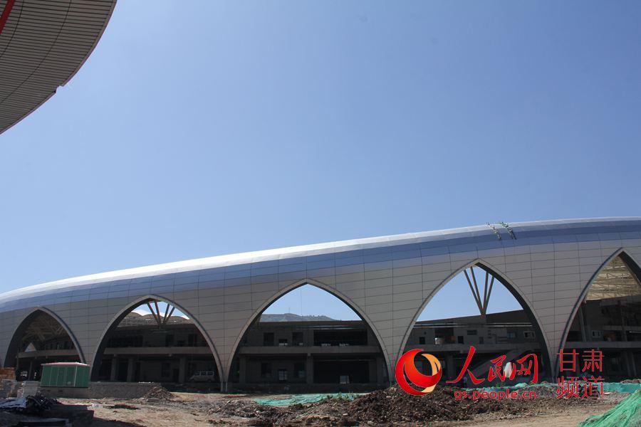 临夏体育馆顺利完成钢结构屋盖封顶