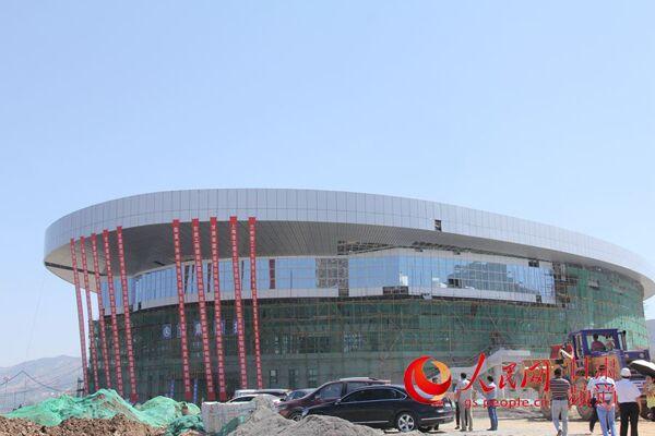 人民网:临夏体育馆顺利完成钢结构屋盖封顶