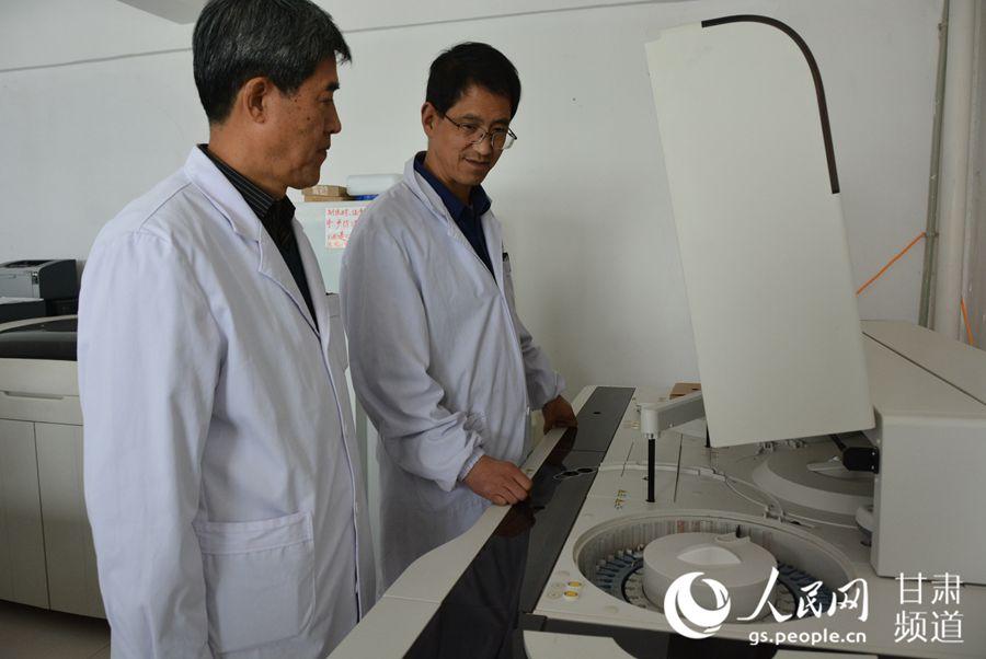 利用仪器进行检验工作(刘海天 摄)
