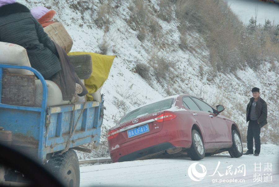 一辆汽车滑进路边排水沟(刘海天 摄)
