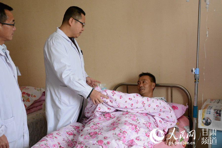 张琰医生查病房(刘海天 摄)