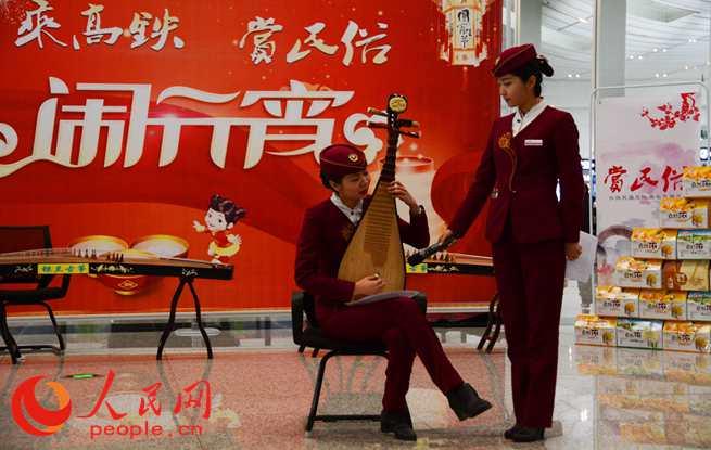 刻葫芦、相声、古筝琵琶演奏、葫芦丝演奏等民俗文化展示吸引了众