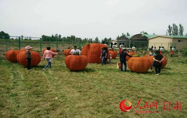 第二届稻草艺术节在永登越国开心农庄启幕