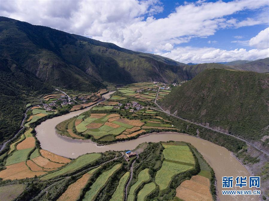 盛夏时节,四川省甘孜藏族自治州中部的道孚县气候宜人,风景迷人.