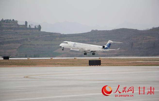 ...月25日,甘肃陇南成县机场迎来首航.一架从重庆飞来的华夏航空庞...图片 36397 655x415