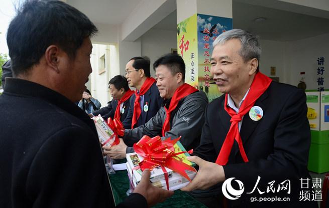 """中国电机工程学会""""电力之光""""科普扶贫情暖西和"""