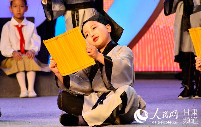 甘肃兰州:戏曲进校园 小学生传唱经典