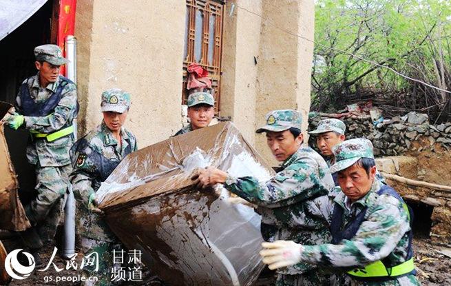 定西市组织七县区民兵奔赴岷县救灾