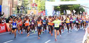 """四万跑者聚兰州:向西 爱上一匹""""兰马""""        2018兰州国际马拉松赛于6月10日上午7时30分在兰州百里黄河风情线激情开跑。"""