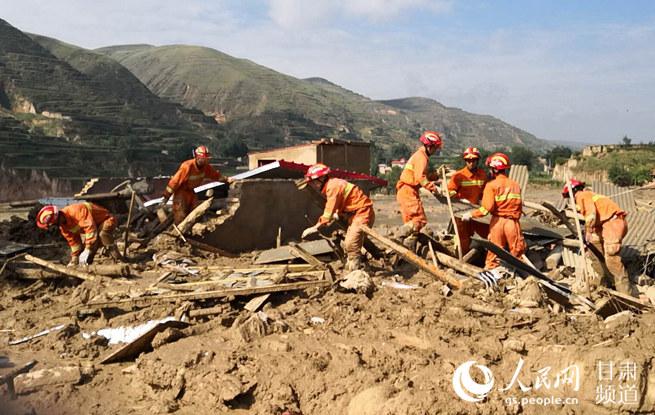 临夏州遭受严重暴雨山洪灾害 消防官兵淤泥中挺进灾区