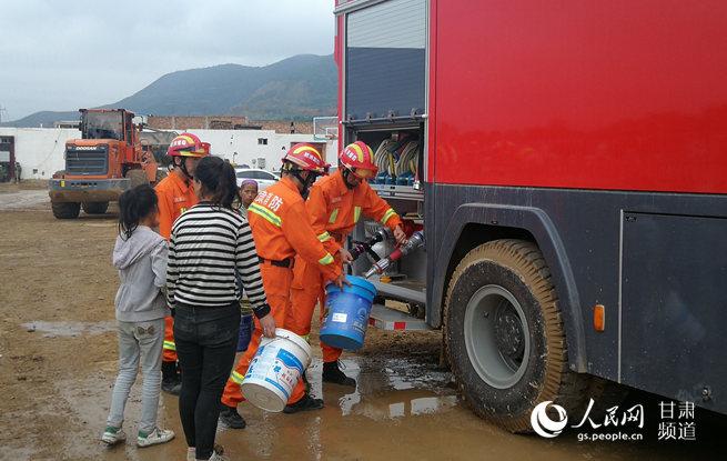 甘肃临夏广河县消防官兵为受灾群众提供生活用水