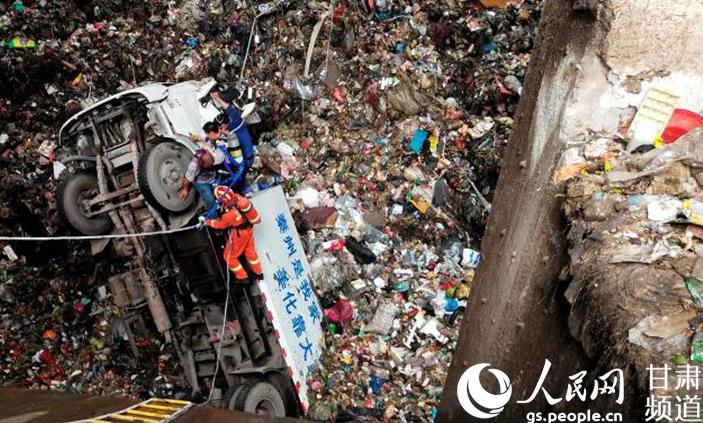 垃圾回收车坠入坑底