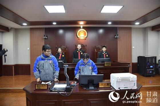 """甘肃兰州:国家宪法日中学生走进法院当""""小法官"""""""