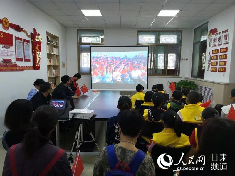 10月1日上午,甘肅蘭州的部分群眾自發來到中共甘肅工委紀念館觀看國慶閱兵式。(張同喜 攝)