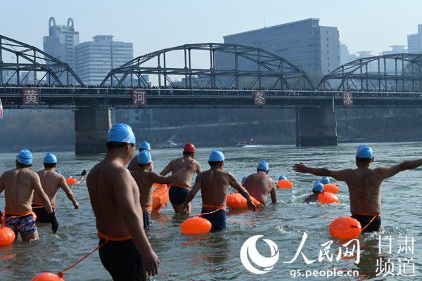 黄河冬泳演出勾当现场。(黄帆 摄)