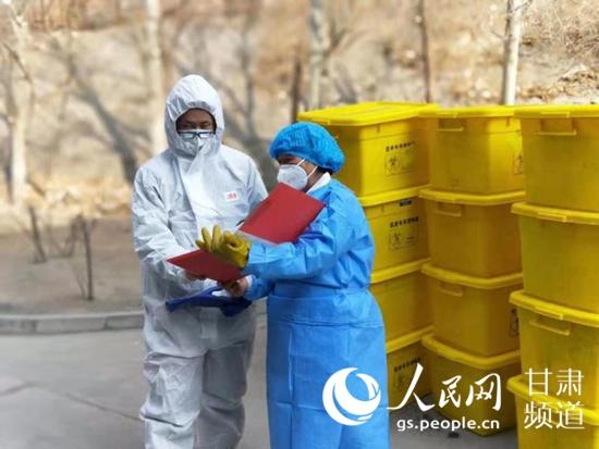 工作人员对医疗废物进行登记。(马莉苇 摄)