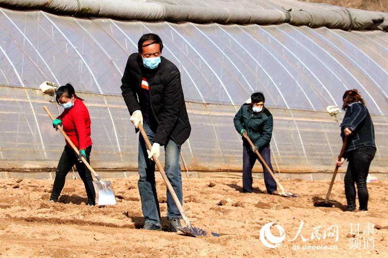 农民带着口罩在田间地头劳作。( 乔伟 摄)