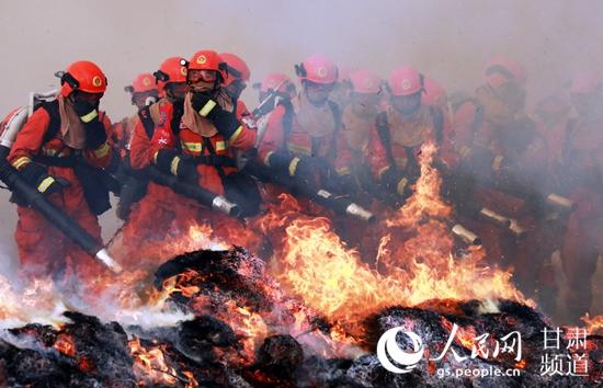 甘肃省森林消防总队开展灭火演练。(裴海博  摄)