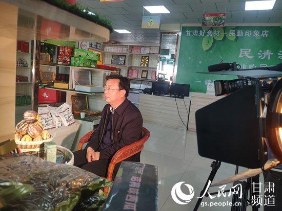 民勤县副县长刘光前网络直播现场(金濠国际网省委网信办供图)