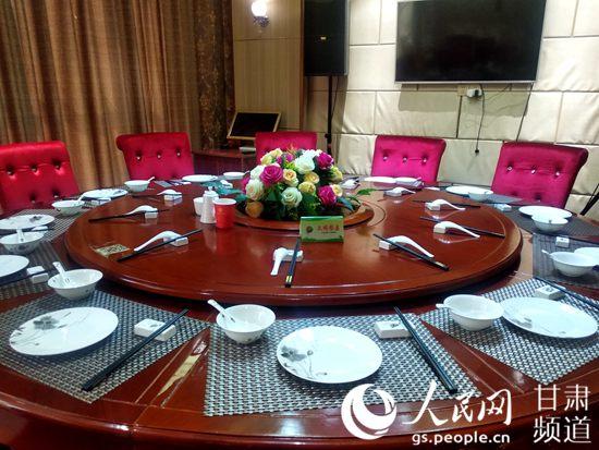 民勤县餐饮企业正推行一席双筷的用餐方式。(民勤县委宣传部供图)