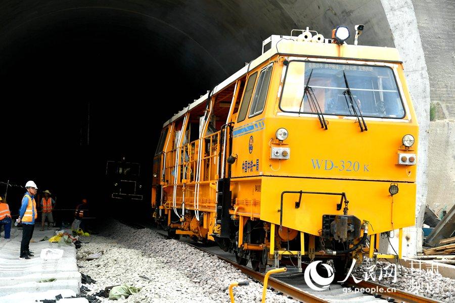 中铁一局新运公司在进行机车养护作业。(牛榮健 摄)