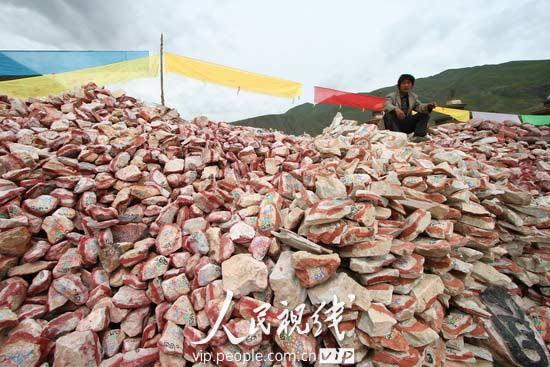 青海玉树藏族自治州州府结古镇旁的新寨玛尼堆,据称是世界上最大的玛尼石堆。   玛尼堆多为白色石头的堆积,常常呈方形或圆形置于山顶、山口、路口、渡口、湖边或寺庙、墓地,用于祈福,成为当地人们的保护神。在西藏原始的苯教中,人们认为万物皆有灵性。而白色崇拜中当然少不了白色的石头。在佛教传入西藏后,人们堆玛尼堆又进了一步,一般不再是纯粹的白石。人们把那些本来就被认为赋有灵气的白石再刻上佛经或佛像,使这些白石更赋灵气,成为玛尼石,以求保佑和庇护自己。   玛尼石大小不一、形状不同,大的如山,小的则可以放入掌心,