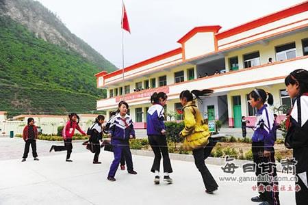 宕昌县新城子乡民福村小学的孩子们在课间游戏
