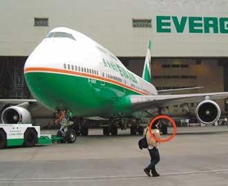 或者是飞机降落时造成跑道破损?