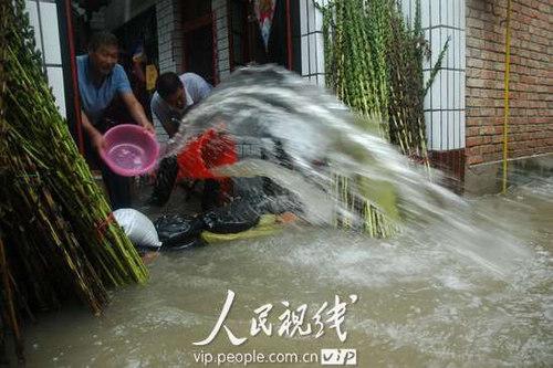 当地居民雨中排水自救