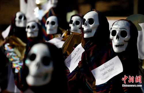 图为墨西哥民众庆祝亡灵节