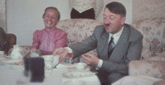 福斯特/希特勒与纳粹高官艾伯特/福斯特的妻子迪特兹共进午餐。只到1954...
